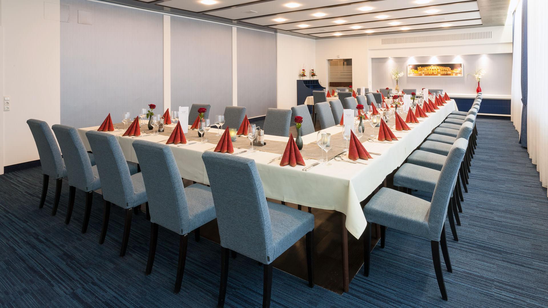 Meetingraum mit Tischen und Stühlen