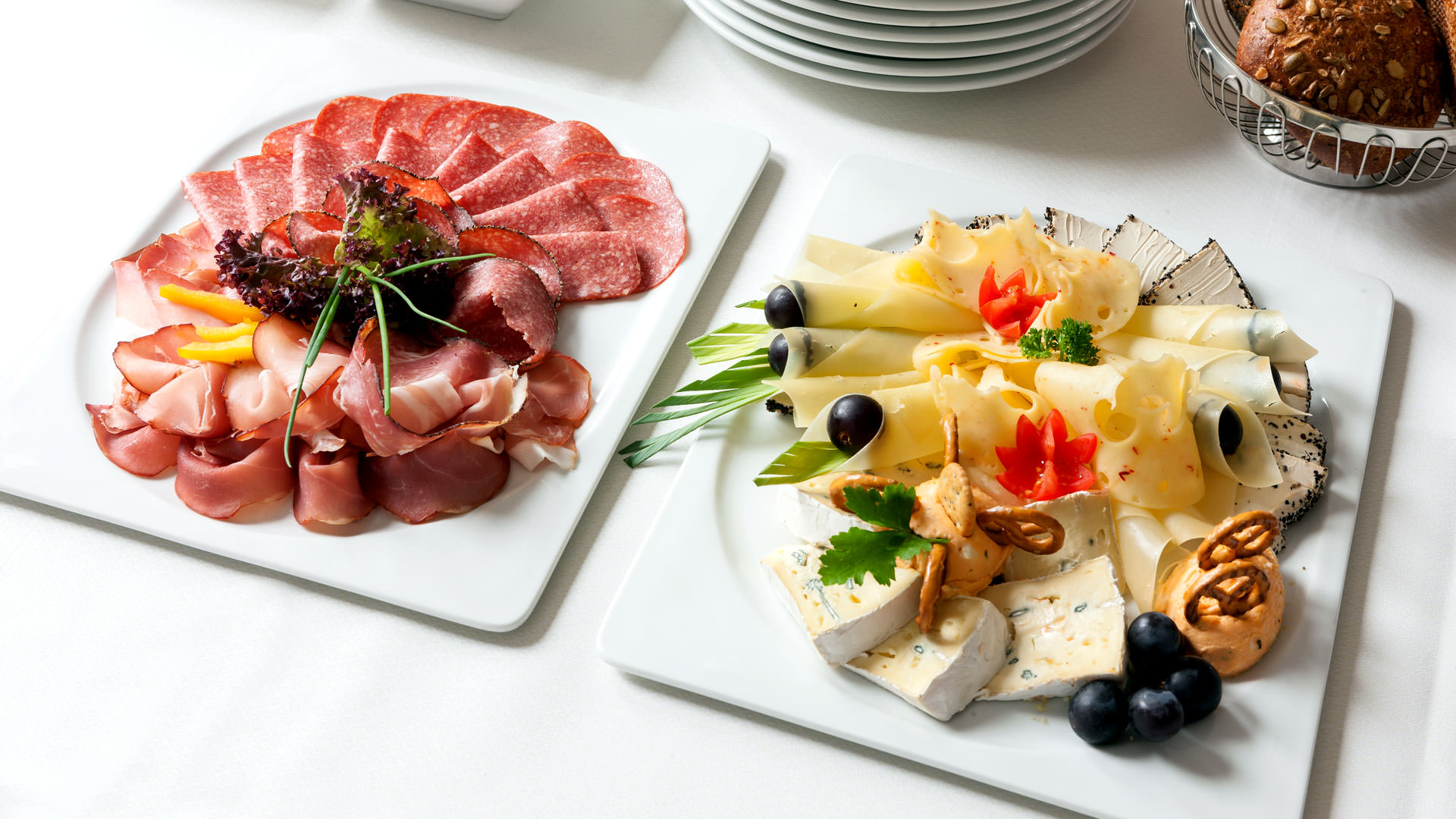 Wurstplatte und Käseplatte mit Gebäck