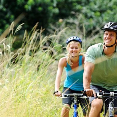 Rad fahren bei den ersten warmen Sonnenstrahlen