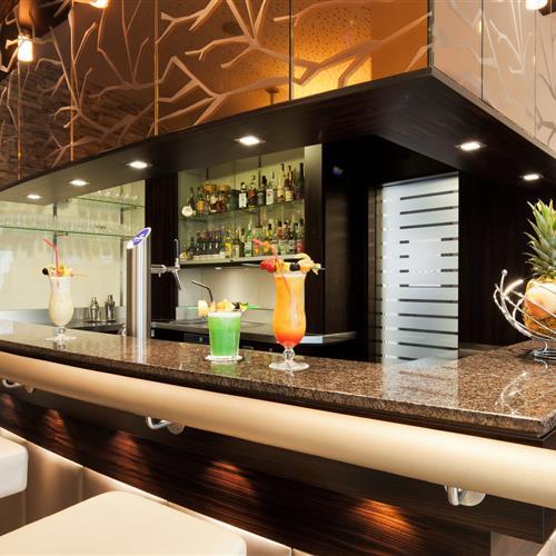 Cocktails auf einer Bar