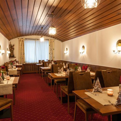 Restaurantbereich mit gedeckten Tischen