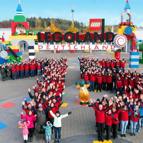 Mitarbeiter im Legoland Deutschland mit Maskottchen